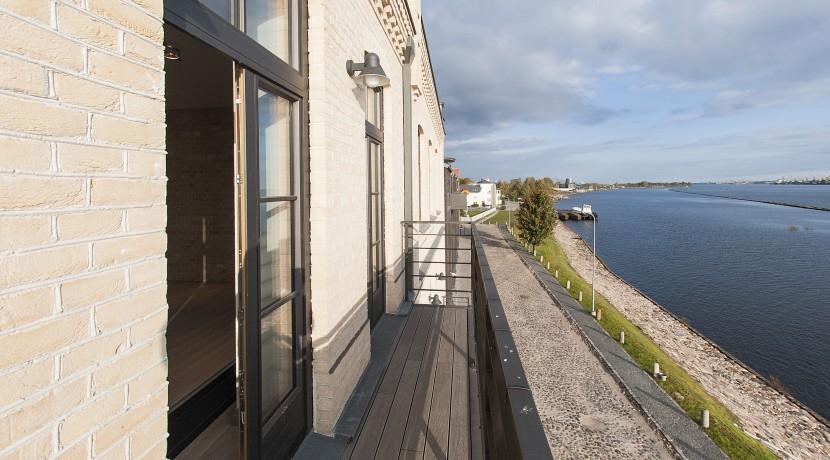 5_balcony_livingroom